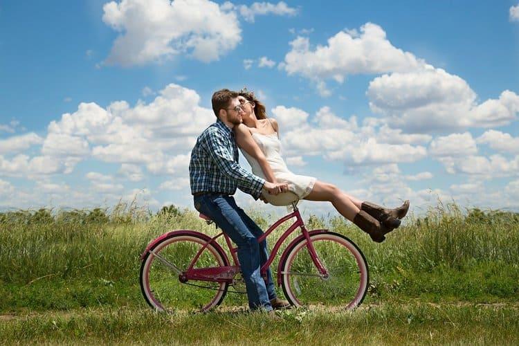 自転車に乗った男女