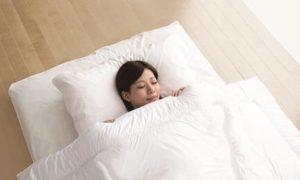 布団で眠る女性