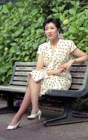 【画像】小池百合子が若い頃のミニスカートがセクシー!